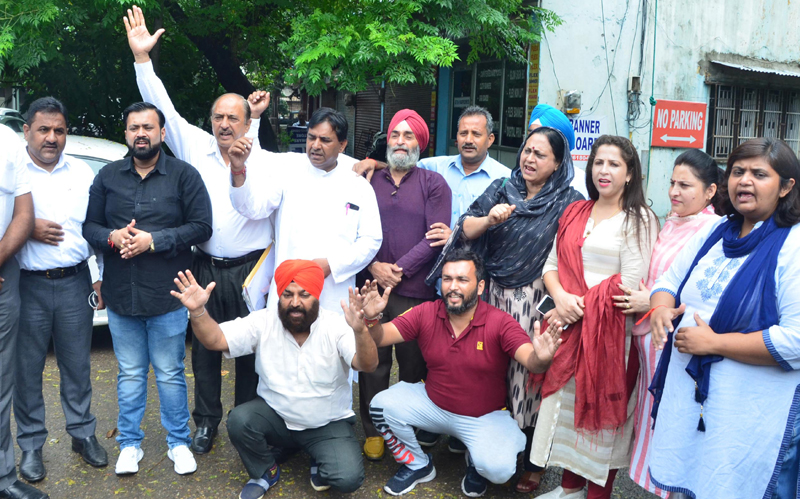 Independent and Congress Councillors of JMC during a protest demonstration at Jammu on Saturday. —Excelsior/Rakesh