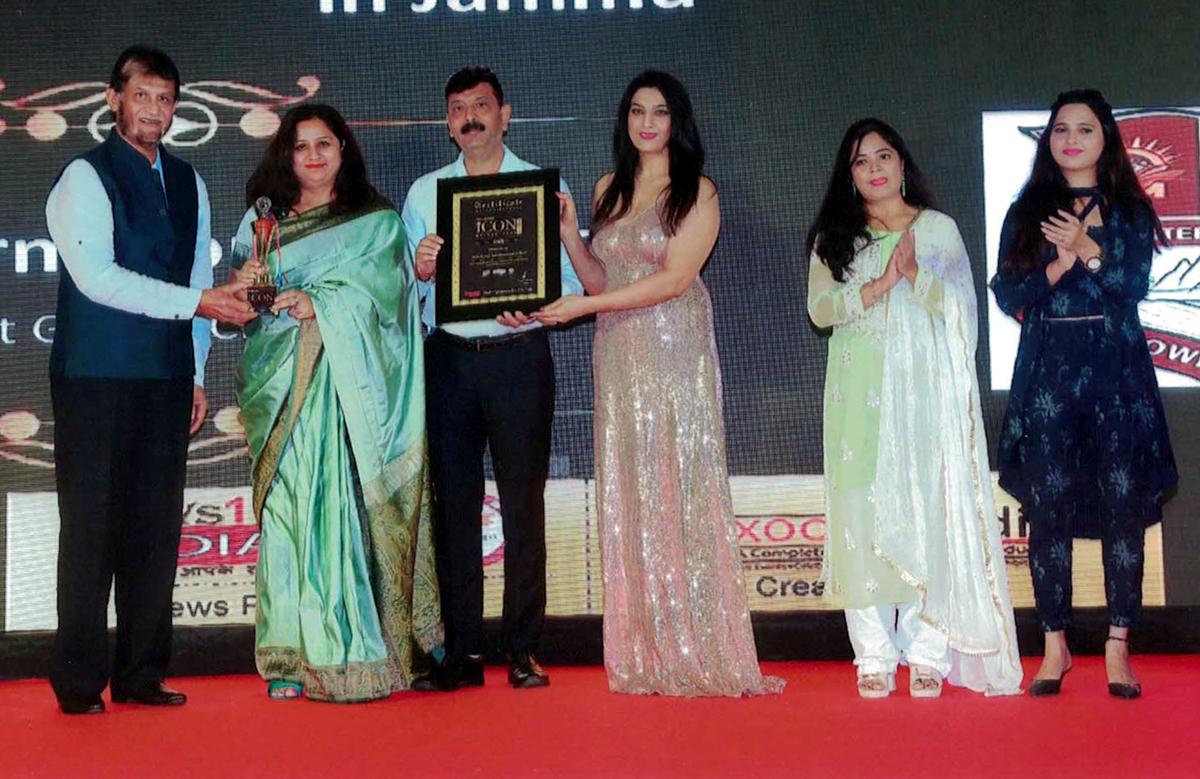 Representatives of RMG International School receiving prestigious award in Mumbai.