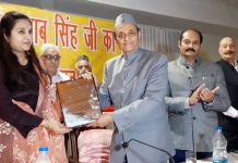 Dr Karan Singh presenting Maharaja Gulab Singh Award - 2019 to Manu Khajuria at a function in Jammu on Monday. —Excelsior/Rakesh