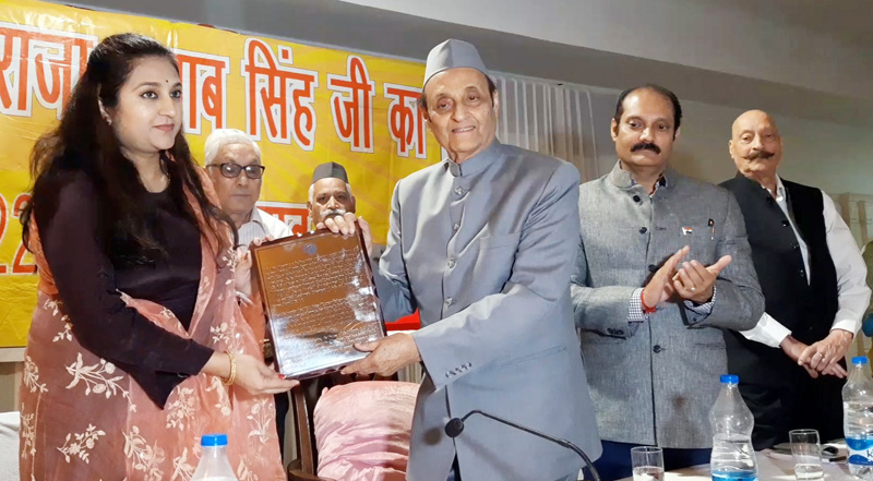 Dr Karan Singh presenting Maharaja Gulab Singh Award - 2019 to Manu Khajuria at a function in Jammu on Monday. —Excelsior/Rakesh