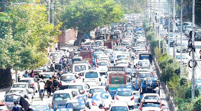 Heavy traffic jam in Srinagar on Thursday. -Excelsior/Photo