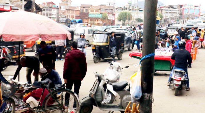 Market at Amirakadal Chowk in Srinagar abuzz with customers on Monday. (UNI)