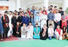 Participants posing alongwith chief guest and other dignitaries during MUN organised by IDRS.