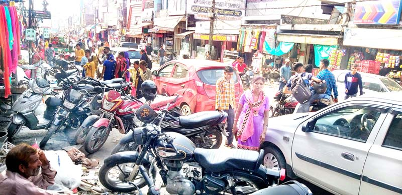 Traffic mess in Samba town due to wrong parking of vehicles.