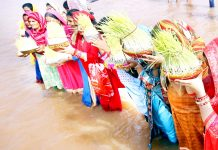 Devotees immersing Saakh in river Tawi on the occasion of Maha Navmi on Monday. -Excelsior/Rakesh
