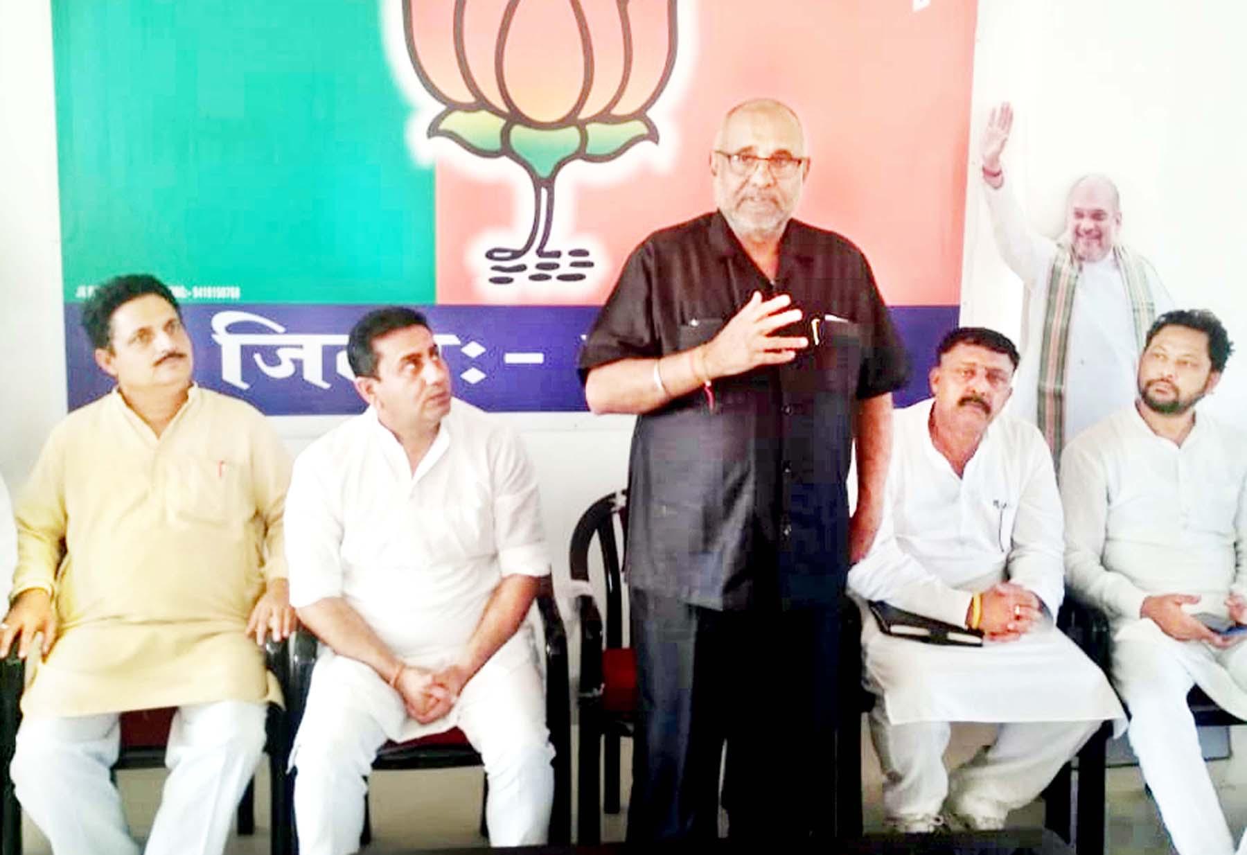 BJP national vice president Avinash Rai Khanna addressing a meeting at Kathua on Sunday.
