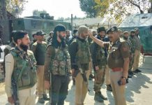 DGP Dilbag Singh complementing security personnel for successful operation at Pazalpora, Bijbehara.