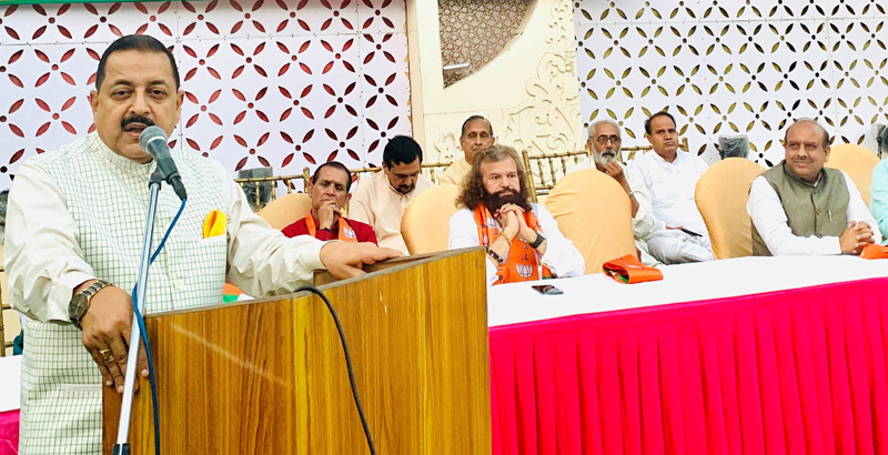 Union Minister Dr Jitendra Singh addressing a BJP public meeting, at New Delhi. Also seen are Member of Parliament Hans Raj Hans and Leader of Opposition in Delhi Legislative Assembly Vijender Gupta.