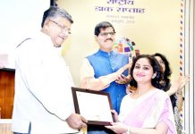 Ravia Gupta receiving award from Union Minister Ravi Shankar Prasad at New Delhi.