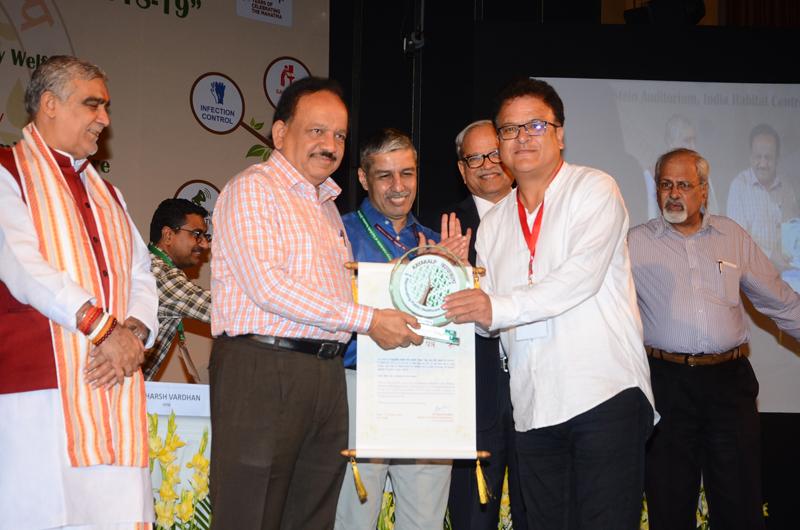 Dr Harsh Vardhan, Union Minister of Health and Family Welfare, presenting Kayakalp Awards at New Delhi.