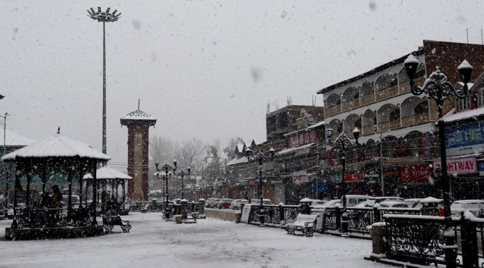 Lal Chowk in Srinagar receives first snowfall of this season on Thursday. —Excelsior/Shakeel