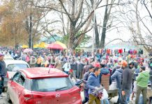 Huge rush of people at Sunday Market in Srinagar. -Excelsior/Shakeel