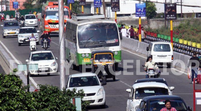 Traffic back on Jammu City roads on Sunday. -Excelsior/Rakesh