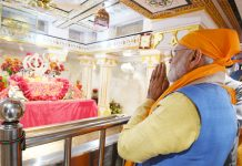 Prime Minister Narendra Modi paying obeisance at the Gurudwara Ber Sahib in Sultanpur Lodhi, Punjab on Saturday. (UNI)