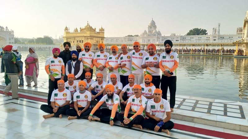 Cyclists and dignitaries posing for group photograph at Darbar Sahib Amritsar.