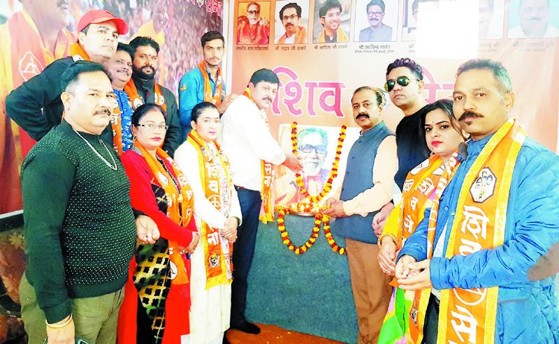 Shiv Sainiks paying tributes to Bala Saheb Thackeray on 7th death anniversary.