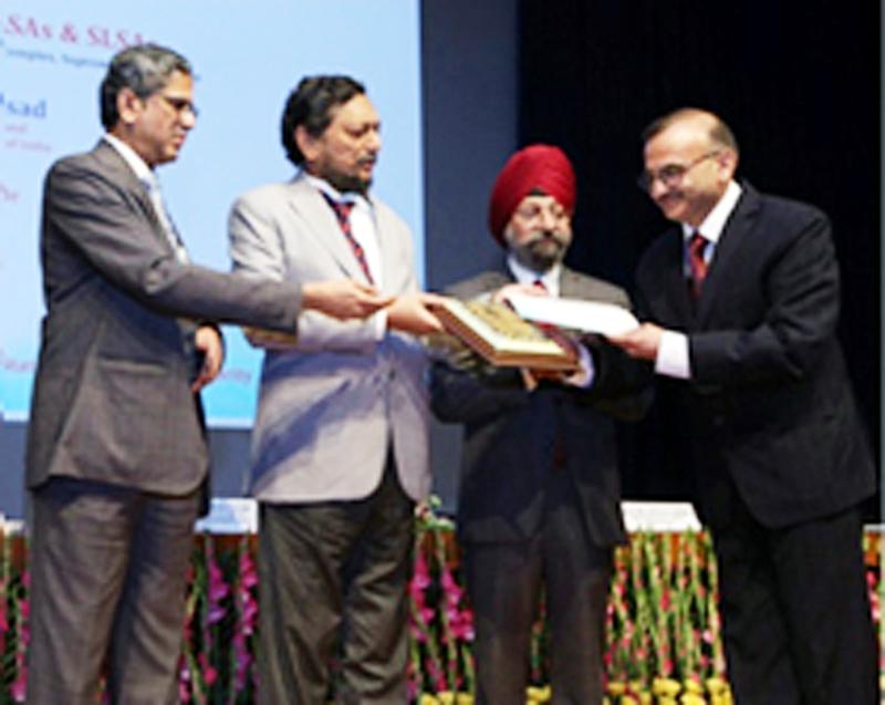 MK Sharma, Member Secretary JK SLSA receiving award at New Delhi.