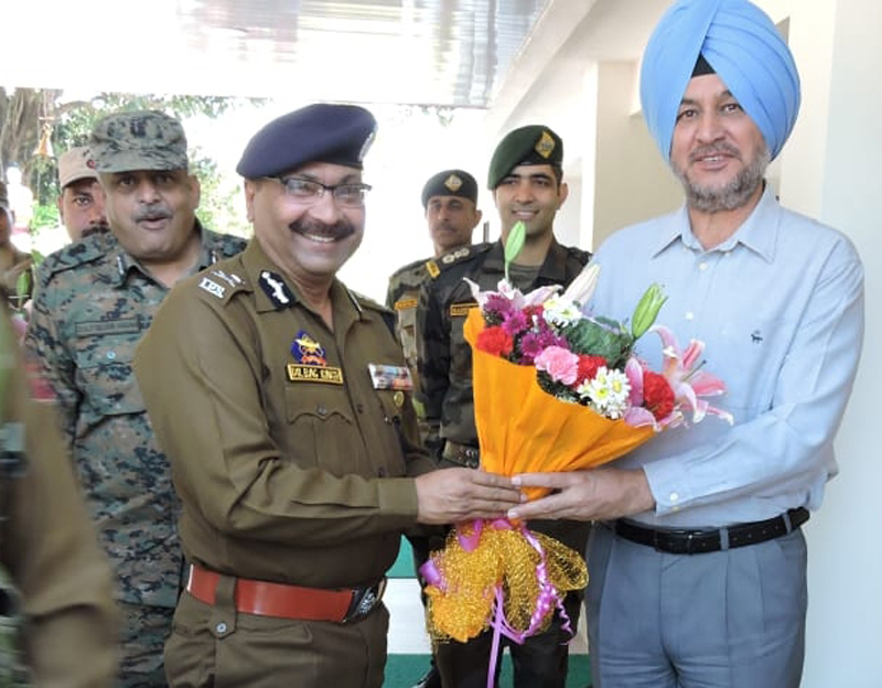 DGP Dilbag Singh presenting bouquet to Army Commander Lieutenant General Ranbir Singh during his visit to Northern Command.