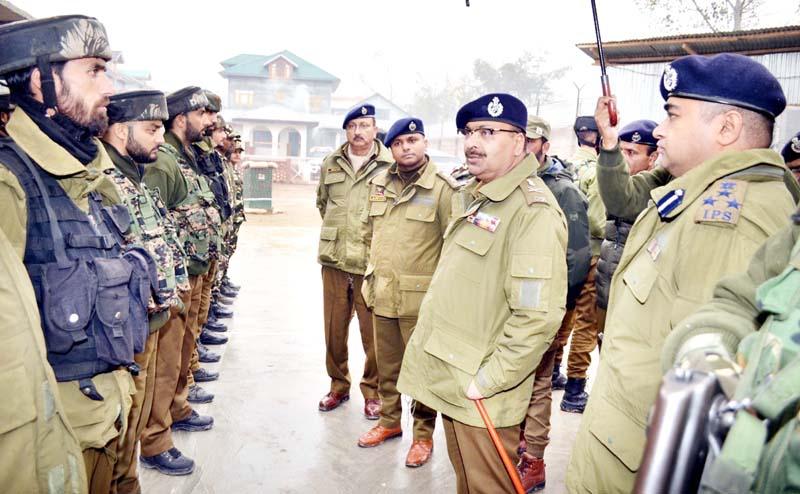 DGP Dilbag Singh interacting with jawans during his visit to district Budgam.