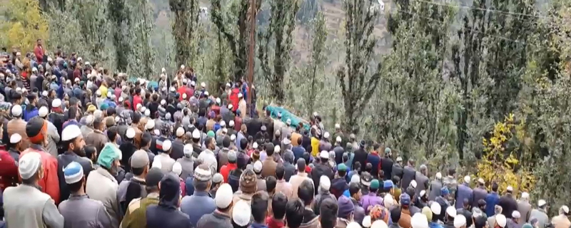 People participating in last rites of accident vicitims in Doda.