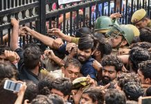 Jawaharlal Nehru University students try to open the gates during a protest against the administration's 'anti-students' policy, in New Delhi on Monday.