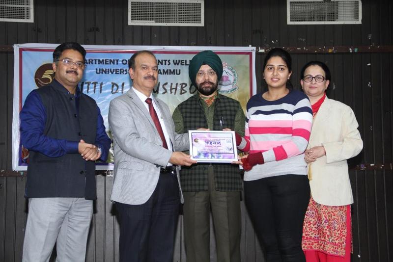 JU VC awarding winners of Literati Fest.