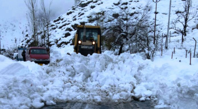 Snow clearance work in progress between Banihal and Jawahar Tunnel on Saturday. -Excelsior/Parvaiz Mir