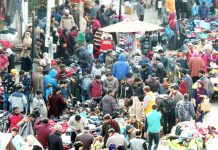 People throng at Sunday market purchasing woolens as cold intensified in Kashmir valley.(UNI)