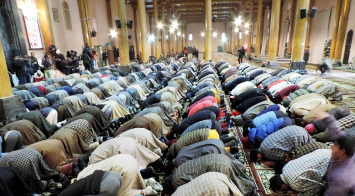 People offering Friday prayers in the historic Jamia Masjid which were resumed after 20 weeks in the Mosque.(UNI)