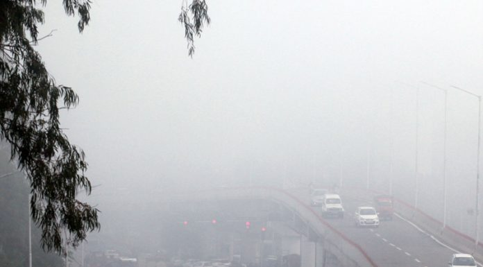 Vehicles moving amid fog in Jammu City on Wednesday. —Excelsior/Rakesh