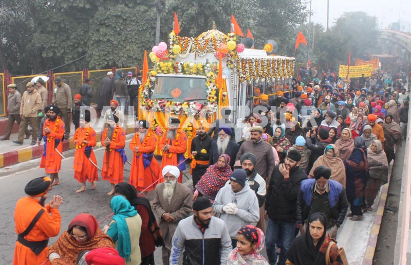 Impressive 'Nagar-Kirtan' being taken out amidst bone-chilling cold in Jammu on the eve of Gurpurab on Monday. —Excelsior/Rakesh