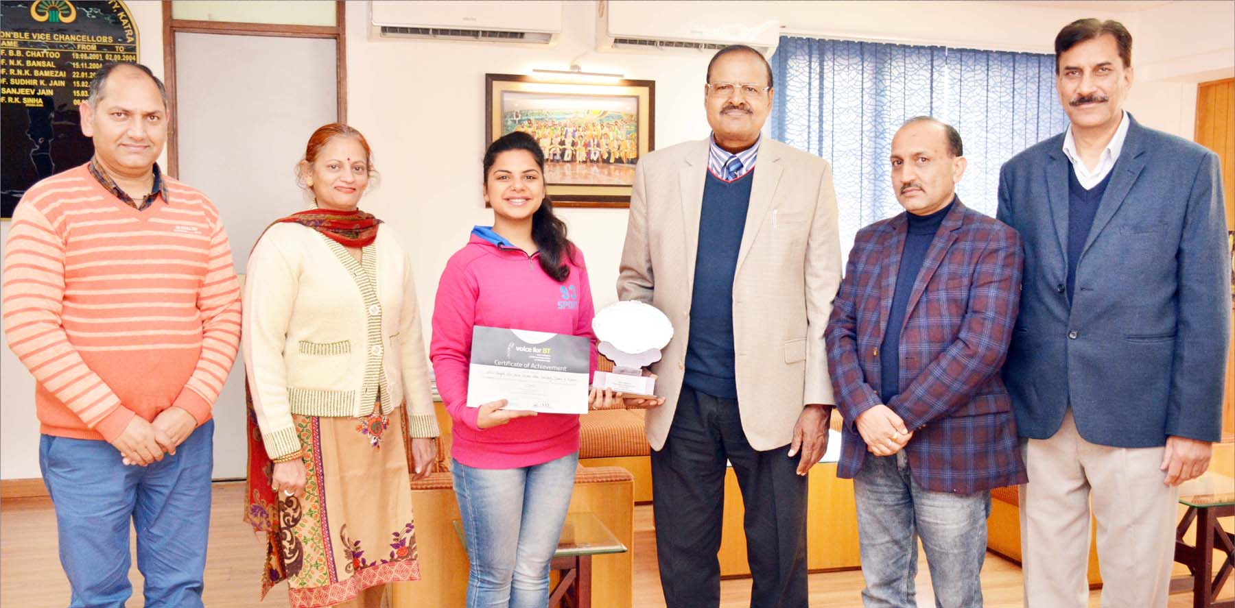 Shivi Badyal posing along with dignitaries and officials after winning 1st Prize in'Vote for BT'.