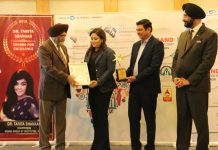 Kirti Jain, Director Duke Fashions (India) Limited receiving 'Best Lifestyle Clothing Brand' award from dignitaries.