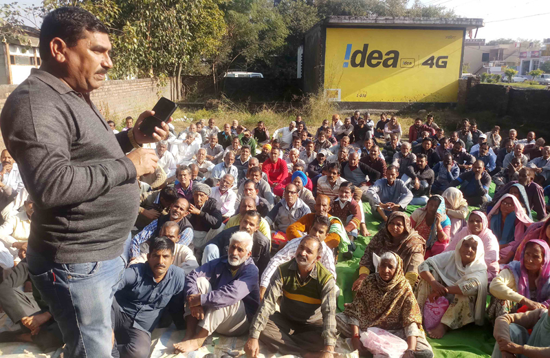 Labba Ram Gandhi, leader of West Pakistani Refugees addressing a meeting at Vijaypur.