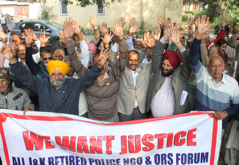 NG Police Pensioners Welfare Forum protesting in front of Press Club at Jammu on Thursday. -Excelsior/Rakesh
