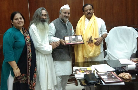 Members of Save Sharda Committee honouring Union Minister of External Affairs, V Muraleedharan at New Delhi on Monday.