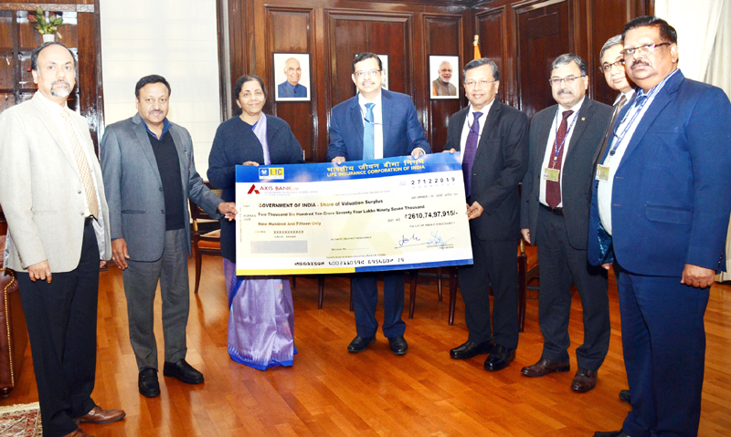 MR Kumar, Chairman, LIC of India presenting the dividend cheque of Rs 2610.74 crore to Nirmala Sitharaman, Union Minister of Finance and Corporate Affairs.