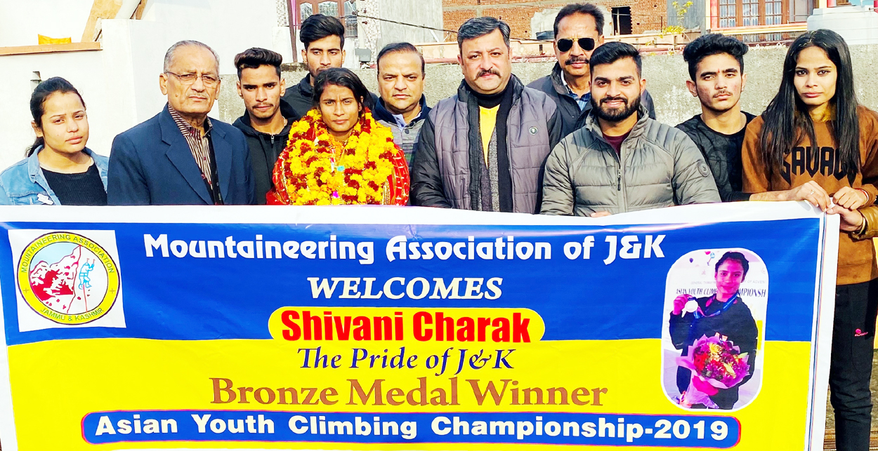 Shivani with members of Mountaineering Association of J&K on her arrival at Jammu.