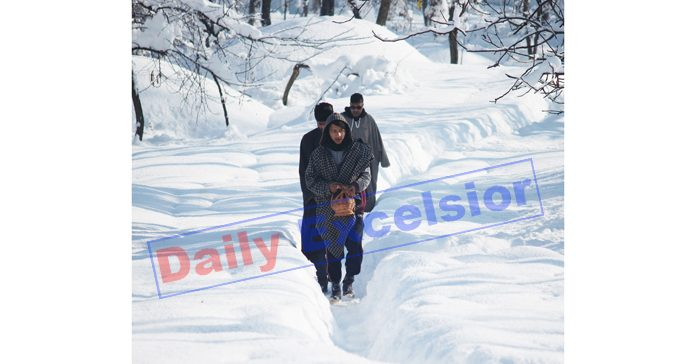 People walk through heavy snowfall at Tangmarg in Kashmir. —Excelsior/Aabid Nabi