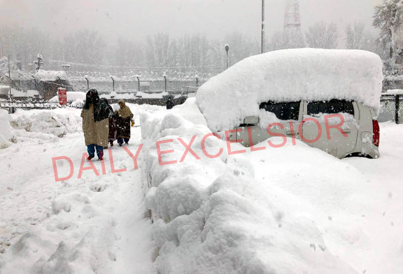 A view of heavy snowfall in Baramulla. -Excelsior/Aabid Nabi