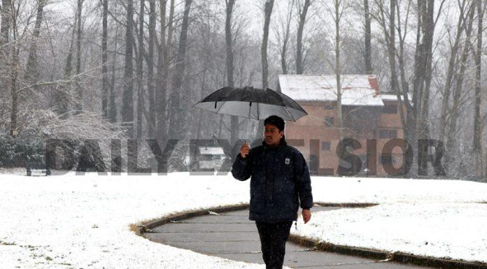 Srinagar receives fresh snowfall on Monday. —Excelsior/Shakeel