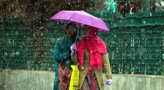 Srinagar receives fresh snowfall on Tuesday. -Excelsior/Shakeel