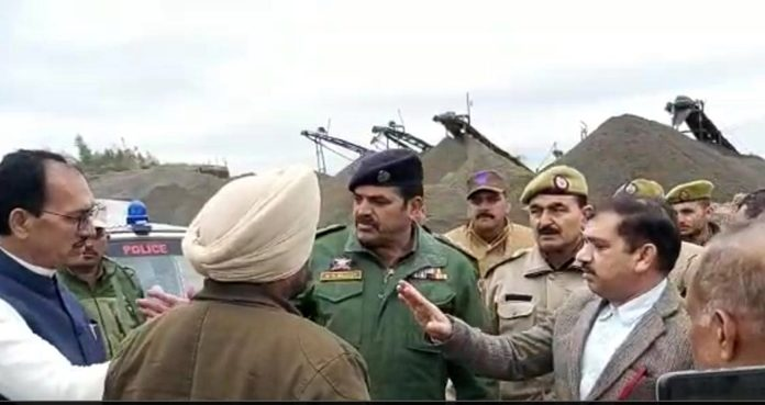 J&K Mining Department officials engaged in strong arguments with a Punjab politician over illegal mining in river Ravi in Kerrian Gandyal area at Kathua district on Tuesday.