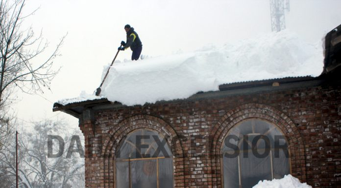 A house covered by heavy snowfall in Tangmarg. —Excelsior/Aabid Nabi