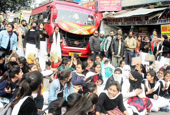 Students of GCW Parade protesting on Monday. —Excelsior/Rakesh