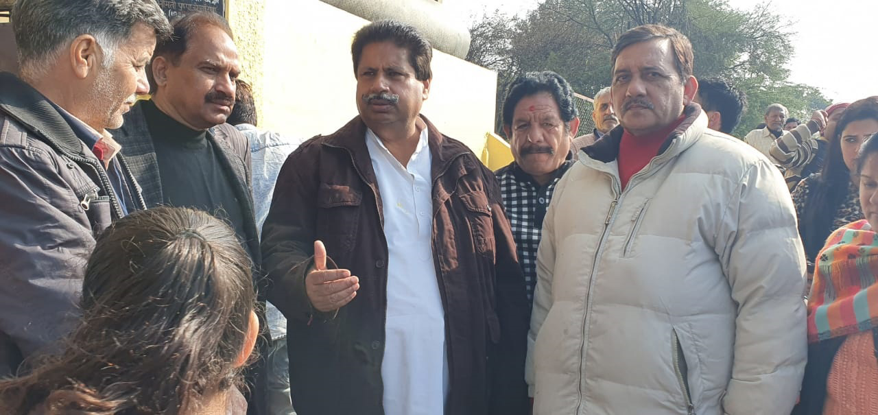 Senior Congress leader Raman Bhalla expressing his views while addressing party workers.