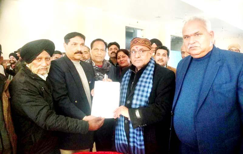 Office bearers of Ex-Central Paramilitary Force Welfare Association submitting memorandum to BJP Vice President, Avinash Rai Khanna in Jammu.