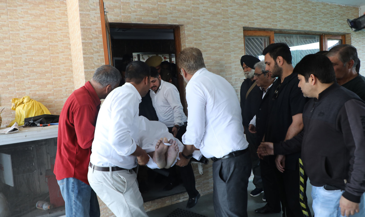Body of the murdered advocate being shifted to mortuary of GMC Jammu. —Excelsior/Rakesh
