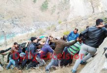 People retrieving dead bodies from river Chenab near Drabshalla in Kishtwar. —Excelsior/Tilak Raj