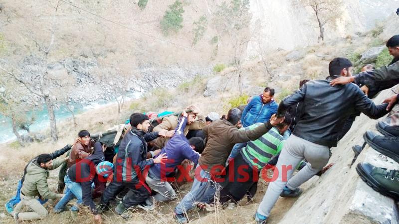 People retrieving dead bodies from river Chenab near Drabshalla in Kishtwar. —Excelsior/Tilak Raj